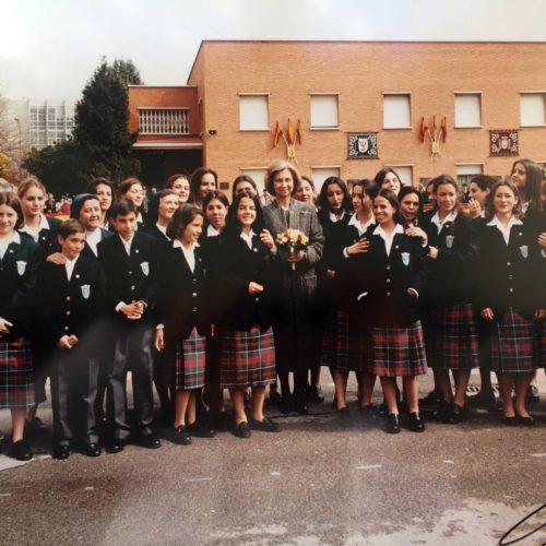 043 Las huérfanas con la Reina Sofía en Guardia jóvenes 1999
